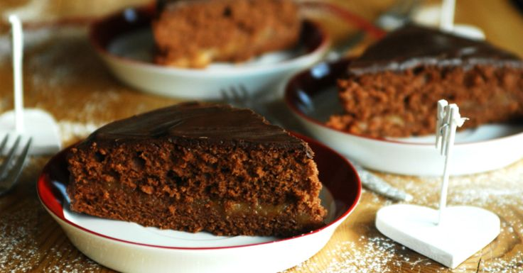 La torta al cioccolato finta Sacher viene preparata con i soli albumi d'uovo. E' sofficissima e cioccolatosa, farcita con marmellata.