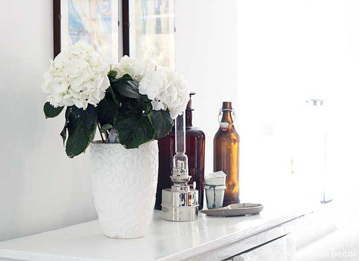 hortensia, oljelampa, krus och flaskor