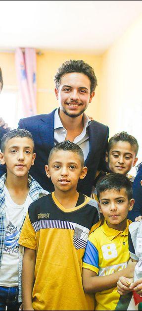 Ce dimanche, jour de ses 21 ans, le prince Hussein, fils aîné du roi Abdallah II de Jordanie et de la reine Rania, s'est rendu dans un orphelinat à Zarqa, une ville située au nord-est d'Amman.