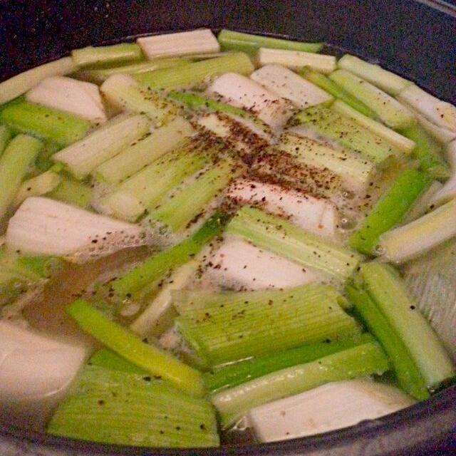 たくさんネギを頂いたので 白いところはじっくり炒めて 塩ダシベースのスープでさらに ネギの青いところをたっぶりと 黒胡椒を効かせて もち豚とホウレン草、水菜、キノコで にゃはは、新鮮お野菜と もち豚のお出汁が効いてきて ラーメンで〆ました - 69件のもぐもぐ - ネギの黒胡椒鍋 by marbure