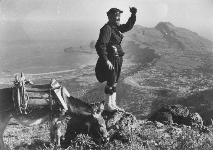 """Δεκαετία του 70′ ο Νταγκουνόγιαννης αγναντεύει τον κόλπο της Κισάμου. Αριστερά του τα Φαλάσαρνα, και ευθεία μπροστά το ακρωτήρι της Γραμβούσας. Το """"…σήμα κατατεθέν"""" της τεράστιας αξίας του μεγάλου Ανυφαντή. Η φωτογραφία είναι τραβηγμένη από τον Προφήτη Ηλία! Πηγή φωτογραφίας: ganifantis.blogspot.gr"""
