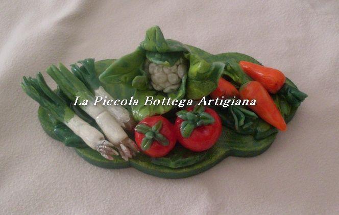 Magnete in legno a forma di nuvola decorato con verdurine varie (porri, pomodori, carote, cavolo bianco) in pasta di mais