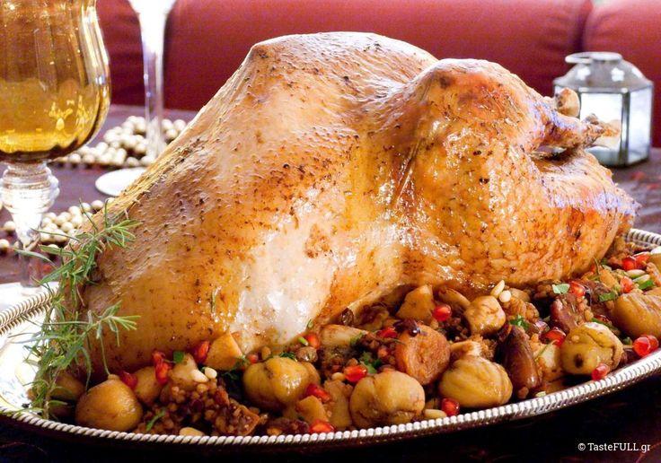 Αναζητώντας γαλοπούλα για το χριστουγεννιάτικο ΒΗΜΑ Gourmet την 1η Δεκεμβρίου, συνειδητοποίησα πως φρέσκες γαλοπούλες δεν υπάρχουν τόσο νωρίς, στην αγορά. Μερικές είχε στείλει η Γεωργική Σχολή της Θεσσαλονίκης για την Ημέρα Ευχαριστιών των Αμερικανών, όποιων γιόρταζαν την ημέρα και την είχαν παραγγείλει στον κρεοπώλη τους. Η διαθέσιμη λύση ήταν οι κατεψυγμένες γαλλικές Doux, οι οποίες …