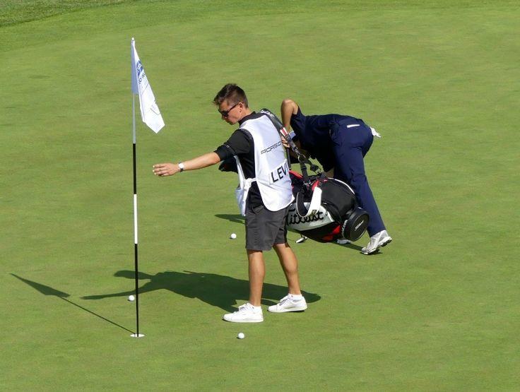 Eigentlich sind die 2016 überarbeiteten Golfregeln bis 2019 gültig. Bei besonderen Anlässen gibt es jedoch auch unter der Zeit kleine Änderungen, über die man Bescheid wissen sollte. Was passiert zum Beispiel ab 1.1.2017, wenn man unabsichtlich auf dem Grün den Ball bewegt? Mehr auf Insider Golf