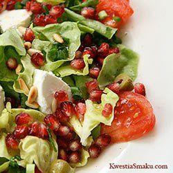 Sałatka z pomidorem, granatem, ricottą i orzeszkami pinii