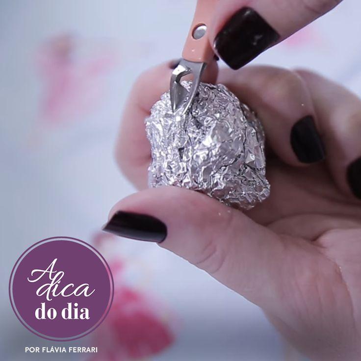 Afie o alicate de unhas/cutículas em casa usando papel alumínio Como afiar/amolar alicate de unhas em casa com duas dicas fáceis: uma usa uma lixa de unhas e a outra papel alumínio. Confira #aDicadoDia    #aDicadoDia