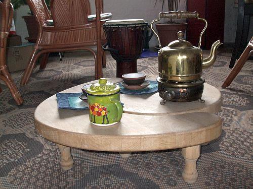 Čajové stolky  Pro čajomilce a čajomilky čajové stolky vyrobím, bych svojí prací přispěl k jejich většímu pohodlí při pití čajů i nečajů... Výška stolečků: 17cm, průměr kulatého stolku cca 35cm (rozměry lze samozřejmě upravit). Nožičky se mohou od fotografie lišit. Stolečky dodámčistým přírodním teakovým olejem natřené, aby se do nich ani kapička ...