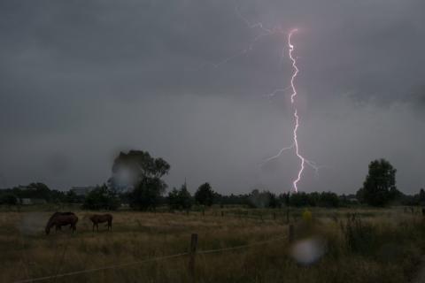 Ein Blitz zuckt am Himmel.