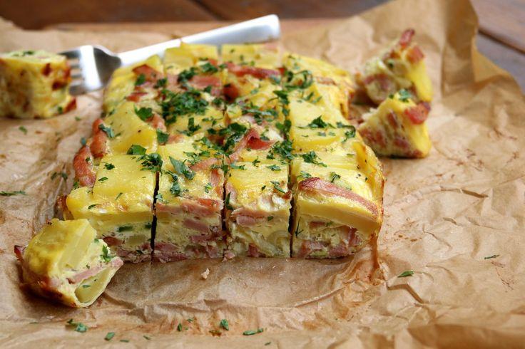 Una receta sencilla y fácil para preparar una tortilla española con papas y jamón al horno.