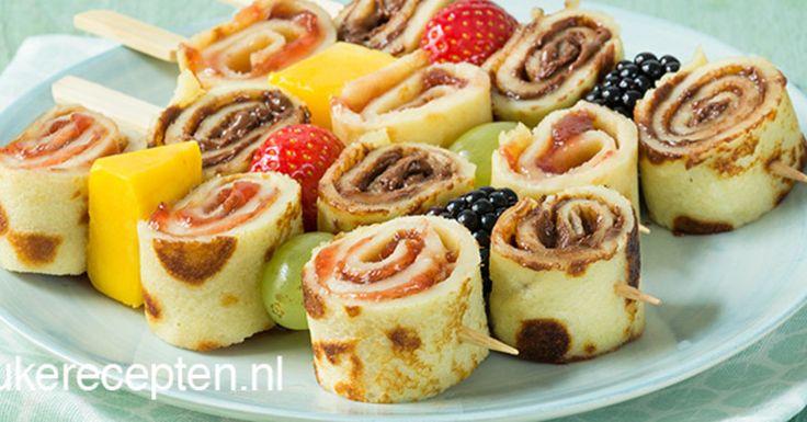 Gezellige pannenkoekrolletjes met jam of nutella en vers fruit, lekker bij de lunch of high tea . HAPJE/LUNCH - 45 MIN + 30 WACHTEN - 8 STUKS **