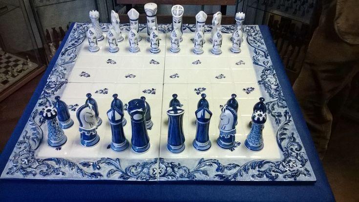 """In het Schaakstukkenmuseum staat een imposant schaakspel van Delfts Blauw aardewerk. Jorrit Heinen, producent van dit unieke kunststuk, vertelt over de totstandkoming. Heinen: """"We hebben maar twee ..."""