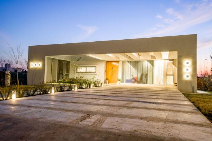 La Plata. Ubicada en un lote del barrio cerrado Grand Bell II, la casa creada por el estudio EGA abre su diseño sintético y racional a las posibilidades ofrecidas por el entorno y los materiales a la singularidad de sus habitantes.