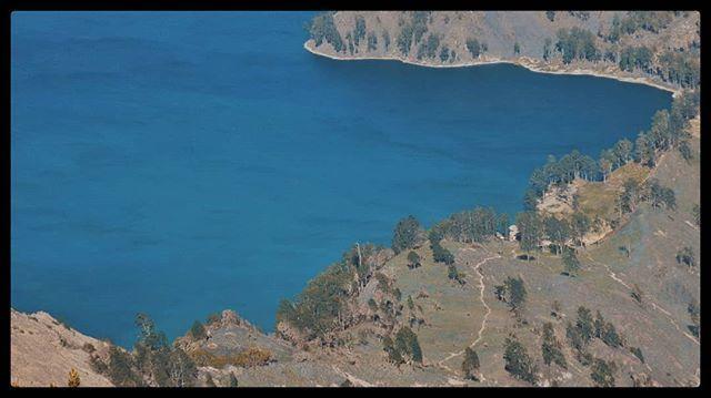 Area kedua yang menjadi tempat berkemah paling asyik di Gunung Rinjani adalah Plawangan Sembalun.  Area berkemah yang luas pemandangan cantik ! Melihat matahari terbit? Bisa dari sini. Matahari terbenam? Juga bisa ! Apalagi dengan latar Danau Segara Anak makin cantik!  #Blohisme  #ngaku2traveler  #passportready  #virallombok  #awesomepix