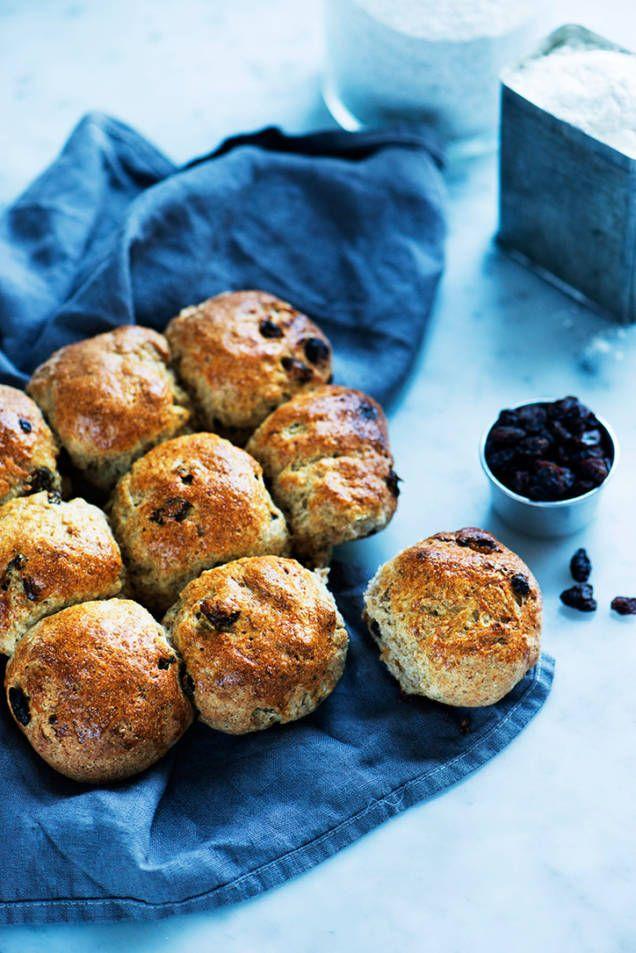 Baka frallor till frukost eller till ett mellanmål. Lång jästid gör brödet saftigt och supergott.