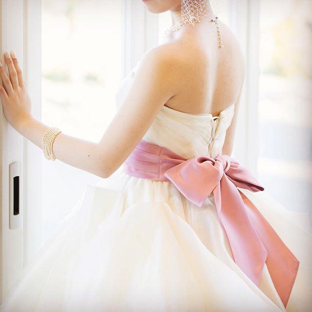 #ウエディングドレス に#サッシュベルト をプラス✨  #ドレス に大好きなカラーをプラスすればハッピーな気持ちに💕 http://www.thegallery.jp  #結婚式  #リボン #ピンク #バックスタイル #ルシェルアンジュ水戸ウエディングシャトー  #ザギャラリーアネックス