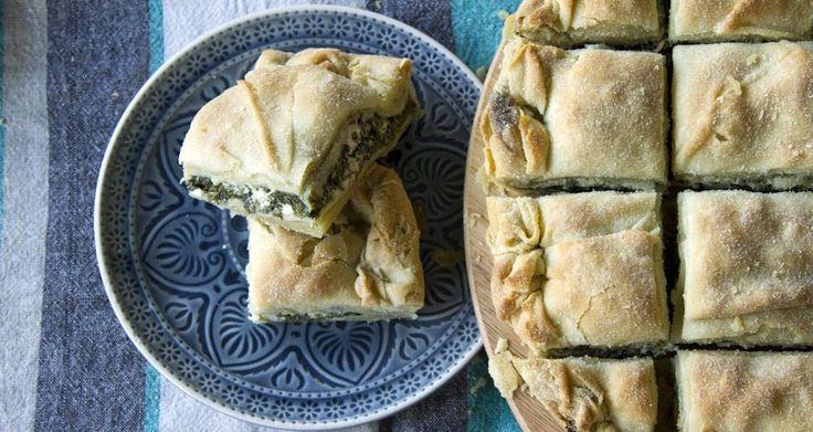 Σπανακόπιτα με φέτα από τον Άκη Πετρετζίκη. Μία πίτα με χειροποίητο και τραγανό φύλλο με γέμιση από σπανάκι και πολλά μυρωδικά!  Δεν θα μείνει ούτε κομμάτι!!