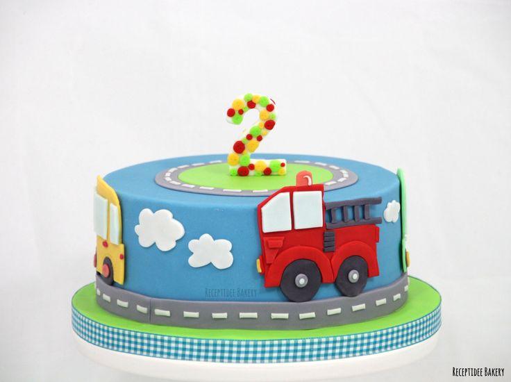 Auto taart!  Gefeliciteerd met je verjaardag Thijs  http://bakery.receptidee.nl #auto #autotaart #cars #car #carcake #cake #vanillecake #oreocreme #frambozenconfiture #fondant #whitechocolateganache #ganache #road #weg