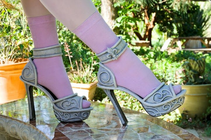 Dolly Brie: Make your shoes scream boo la la~ Monster High Rochelle Goyle shoe tutorial