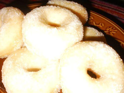 """Resepi donut yang tidak menggunakan marjerin. Sangat gebuusss...:) *update: Mesti cuba 1 lg resepi donut kat """"donut extra gebuuss"""" sbb resepi tu donut dia lebih lembut dan tak keras bila sejuk walaupun biar smpai keesokan hari."""