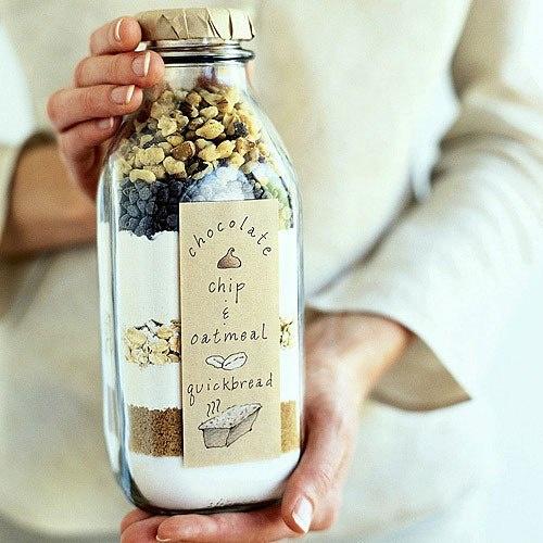 Molto carina questa idea regalo, tanti tipi di cereali per la prima colazione in una semplice bottiglia o anche in un barattolo :)  (foto)  I vari strati sono composti da tutti gli ingredienti per realizzare la ricetta dei chocolate chips, i biscotti con gocce di cioccolato, e in questo caso con l'aggiunta di farina d'avena e nocciole, è cmq una bella idea regalo, anche per il natale, quello che poi si deve aggiungere sono solo gli ingredienti umidi (latte, uova e burro)