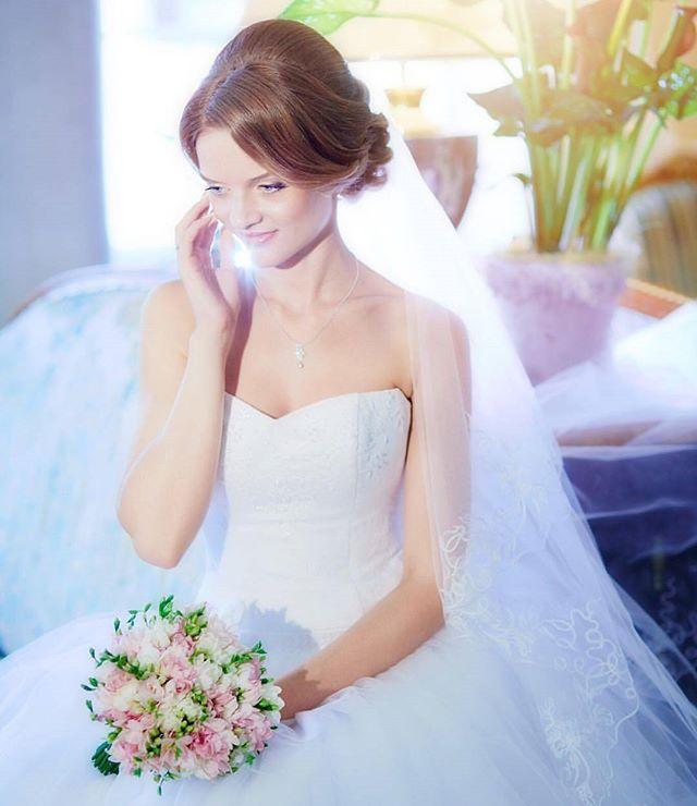 Доброго вечера, мои дорогие! Вопросы про то, почему я не пишу стоимость букетиков под фото, появляется все чаще. Все потому, что часто стоимость зависит от сезонности того, или иного букета. Но есть и те букеты, стоимость которых не изменяется из сезона в сезон. Более того, вот этот нежнейший и ароматный букет с фрезиями, является хитом уже несколько сезонов.  Букетик на фото из 49 фрезий - 4.100₽  #wedding #weddingday #cвадьба #weddings #цветы #невеста #weddingideas #weddingparty…