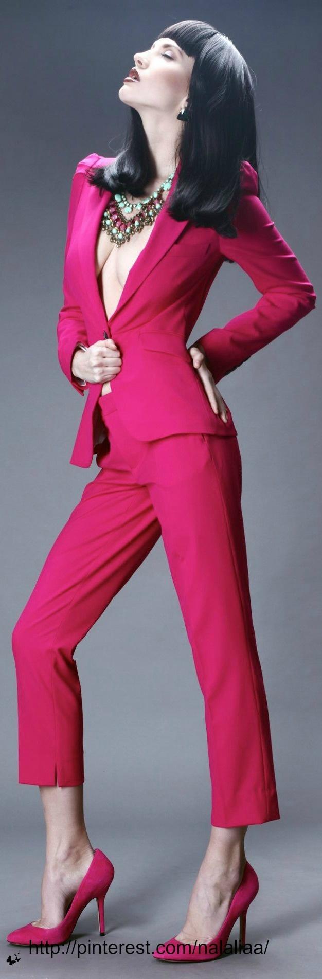 W/Camisole Hot Pink Capri Suit. Ketting af, blouse onder het jasje. Mooie kleur roze voor het lichte wintertype (W1).