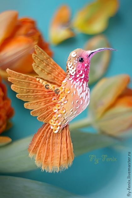 миниатюрная брошь - птица колибри. Оранжевая.. Маленькая красотка с легким характером :) Брошь создана из натурального шелка и хлопка окрашенных вручную. Все стежки на крыльях и вышивка сделаны так же вручную. Маленький размер и легкость позволяют носить брошь…