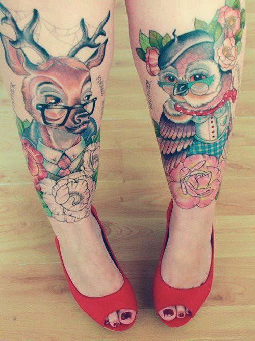 Dwa tatuaże na nogach