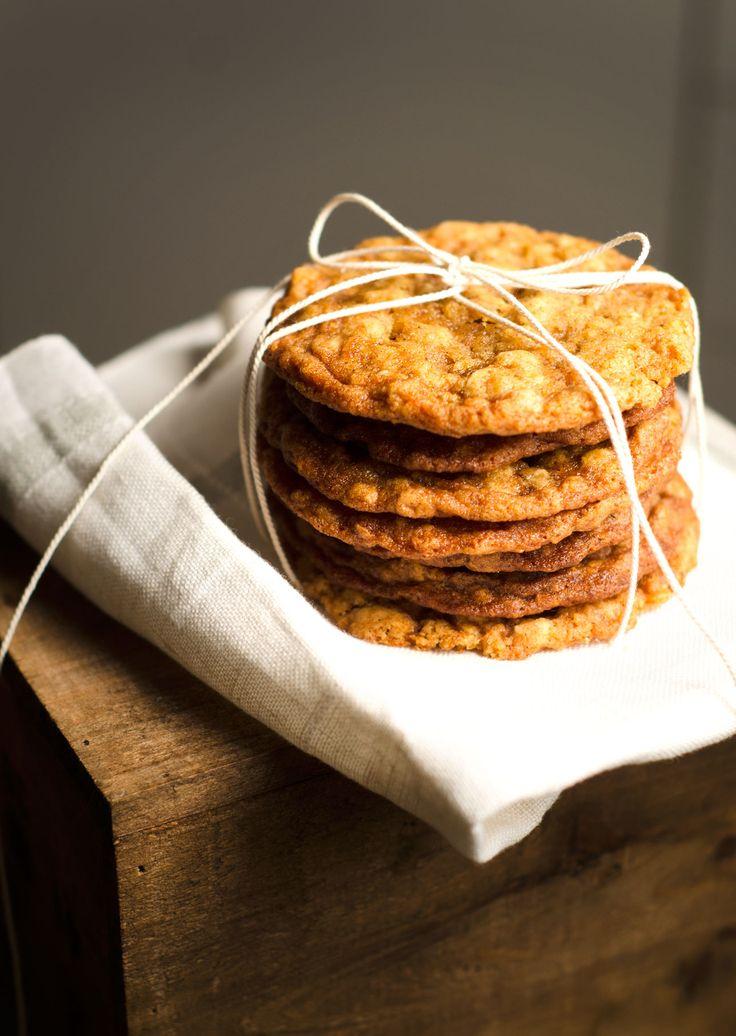 """De senaste veckorna har jag varit smått besatt avatt ta fram ett recept på den ultimata havrekakan. Målet har varit en platt och tuggig kaka som är knaprig längst ute i kanterna, men härligt seg i mitten –alltså en """"cookie"""" av amerikanskt snitt. Smaken fick jag till vid förs"""