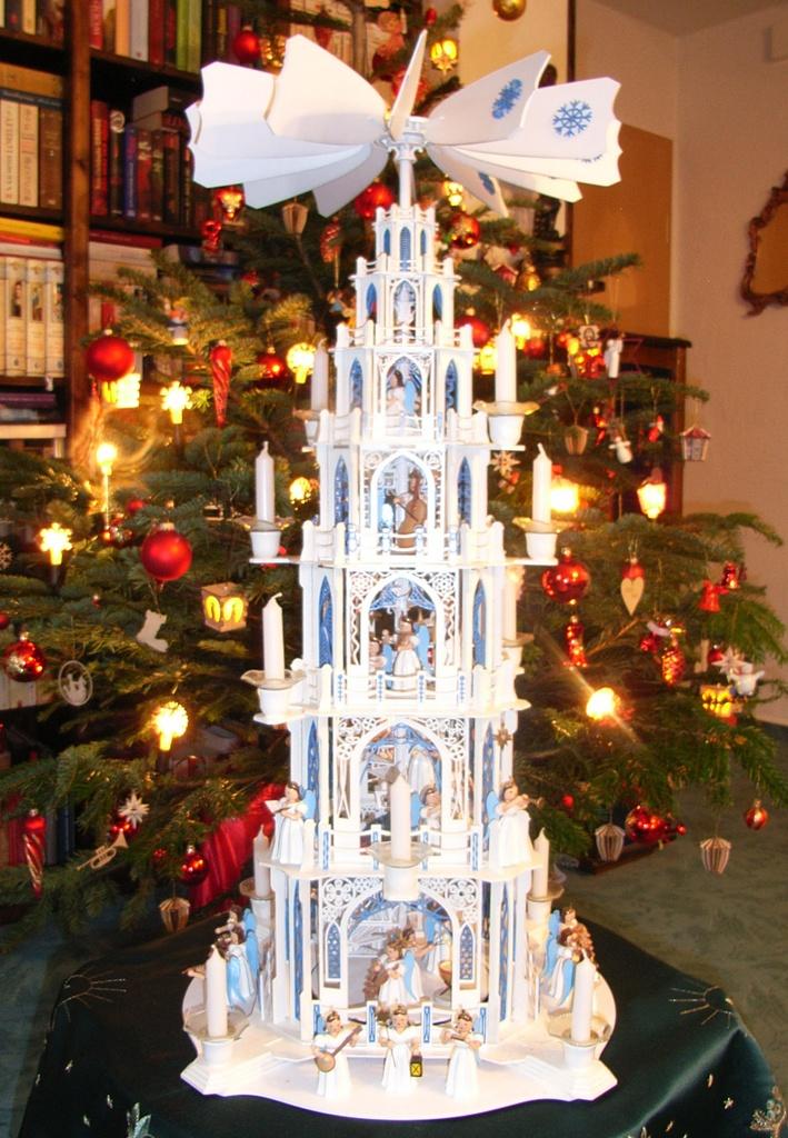 Die erste gotische Weihnachtspyramide entstand natürlich für uns selbst. Blau weiß lackiert und 6 Etagen hoch. Sie dreht sich seit nunmehr 6 Jahren.
