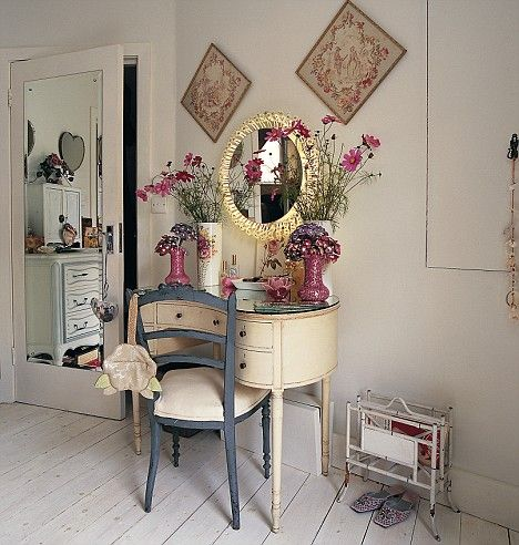 Pretty dressing table: Pretty Dresses, Girls Books, Dresses Tables, Antiques Vanities, Girls Bedrooms, Fleas Marketing Finding, Redecor Ideas, Bedrooms Interiors, Dresses Rooms
