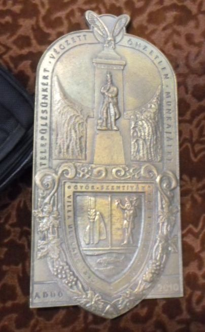 """A győrszentiváni """"Falu Embere"""" díj Öntött bronz dombormű 27cmx13cm"""
