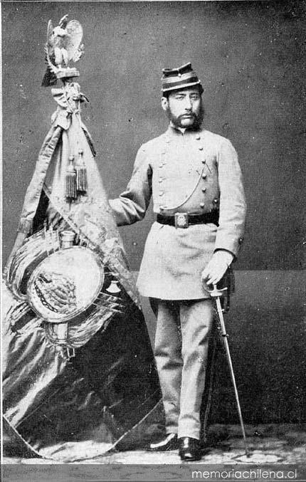 Oficial abanderado del Batallón boliviano Paucarpata y su bandera