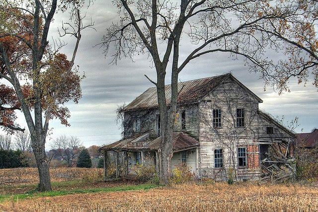 Korku filmlerinden hatırladığımız, kimin yaşadığı belli olmayan, kasvetli görünümlü, yaklaşmaya korkacağınız gizemli bazı evleri paylaşıyoruz.