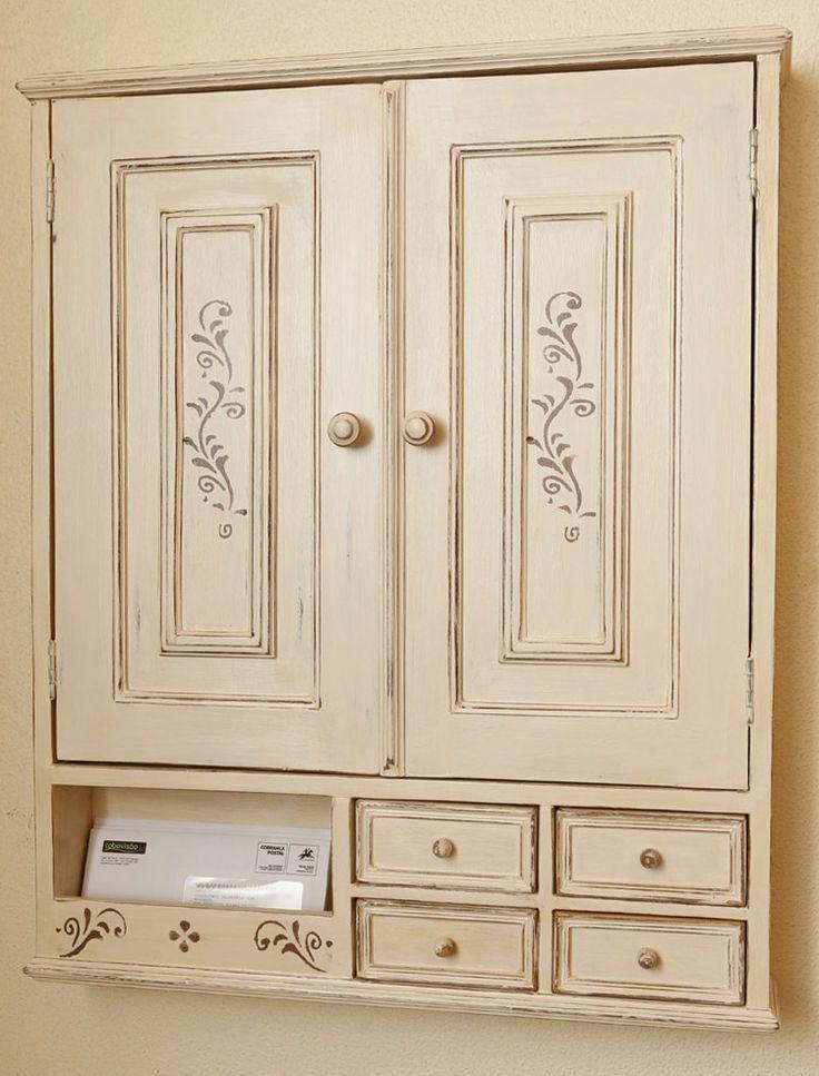 """Armário de parede com duas portas de acesso ao """"quadro geral da eletrecidade"""", compartimento para o correio e quatro gavetas para chaves e outras utilidades."""