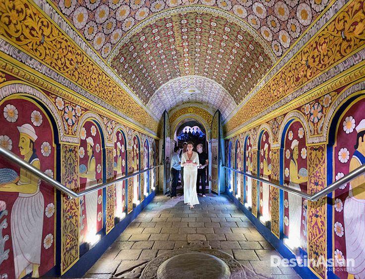 Interior Temple of the Tooth, salah satu obyek wisata populer di Kandy. (Foto: Corbis)