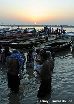 夜明けのガンジス。インド 観光・旅行の見所!
