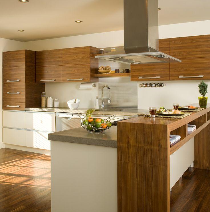 Armoires de cuisine réalisées en Noyer naturel. Modules du bas en MDF laqué. et comptoir en stratifié.