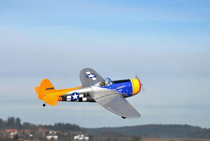 Nur 1.200 Millimeter Spannweite hat diese ARF-Modell einer P-47 Thunderbolt im berühmten Tarheel Hal-Design. Einen Testbericht zum Modell der Firma Pichler gab es in Heft 05/2014 - http://online.modell-aviator.de/de/profiles/7ca94aa84340/editions/4ZxQH8JjjzxqgNnNoFvt