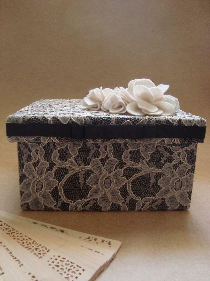 caixa de MDF pintada e forrada com tecido de renda e flores de feltro na tampa