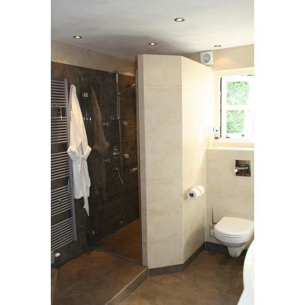 Badkamer Deventer ruimtelijk door stroken tegels