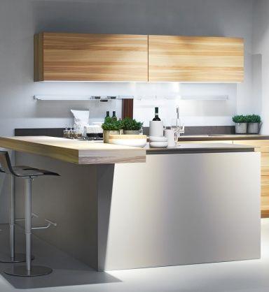 A decoração minimalista é uma das tendências fortes da decoração em 2013. A essência dela é: ter somente o essencial de móveis e utensílios. A principal vantagem desse estilo é a tranquilidade visual que ele proporciona, além de tornar a rotina prática. A paleta de cores minimalistas também é definida. Tons claros e neutros são os ideais. Materiais como vidros, laminados e peças em inox são indispensáveis em uma cozinha minimalista. Elas trazem o brilho necessário para o ambiente.