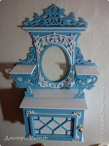 Полка № 175 от Педро с сайта http://www.finescrollsaw.com/chippendale-wall-cabinet.htm .  Фанера 6 мм,4 мм и рейка буковая 9 мм.Краска акриловая фирмы ПРЕСТИЖ Белого цвета и краска колер фирмы ОРЕОЛ синий цвет.Покраска краскопультом.Высота 70 см,ширина 41 см,глубина 17-18 см. фото 2