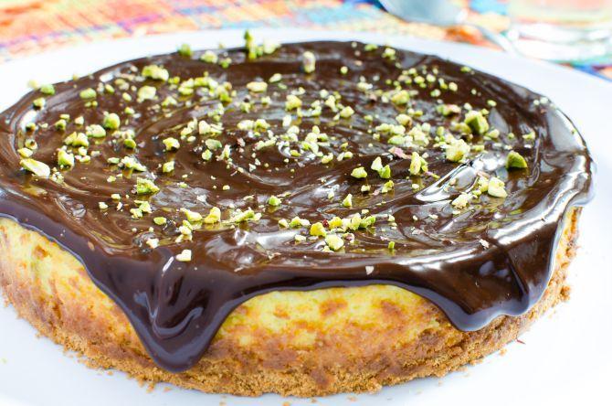 Cheesecake de pistache com ganache de chocolate, da Tortelier. Foto: Fred Kendi/Gazeta do Povo