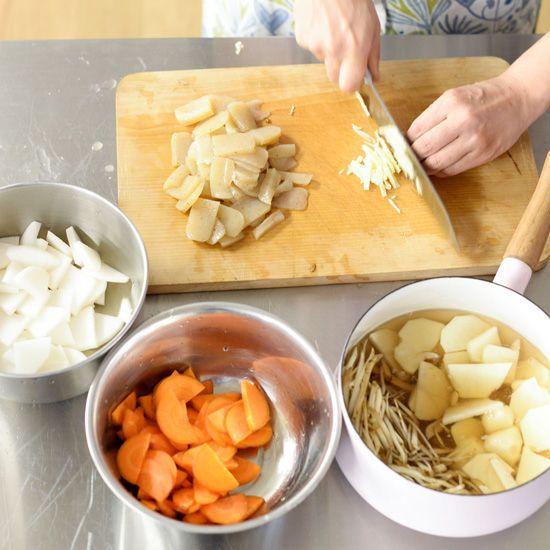 ゴロゴロ具だくさんの豚汁料理家・フルタヨウコさんに教わる、秋の根菜をつかったレシピ2つめは、寒い季節の定番「豚汁」。ゴロゴロ具たくさんで、食べごたえもたっぷり。やっぱり豚汁はこうでなきゃ!という味です
