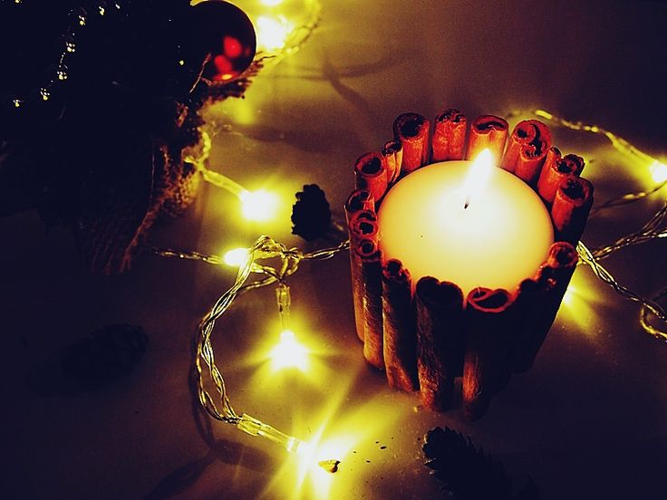 Świeczki z laskami cynamonu na Boże Narodzenie. Christmas candle diy with cinamon