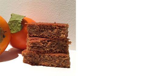 """Fettarmer Kaki Kuchen ist ein Muss für alle Fans der Kaki Frucht. Kakis schmecken ja roh schon super lecker, warum also nicht mal einen Kuchen daraus backen? Ich war ehrlich gesagt selbst überrascht wie genial das Resultat geworden ist! Und um meinen Kollegen zu zitieren """"der Kuchen schmeckt als ob da ein ganzes Pfund Butter […]"""