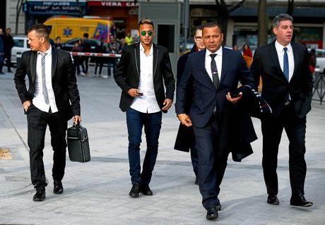 Contrairement à ce que certains pensent, Neymar Senior n'est pas à l'origine du transfert de son fils au Paris Saint-Germain. Lors de sa présentation à la presse, l'attaquant brésilien a expliqué que son...