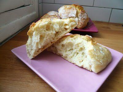 Pr 4 petits pains  Verser ds 1 bol 375g de farine T45, 1 cc  de sel, & y faire 1 puits.  Ds le puits, verser 1 cc de levure de boulanger, 250mL d'eau tiède, 50mL de lait tiède, et 1 cc de miel.  Délayer la levure avec le liquide ajouté puis recouvrir d'1 couche de farine.  A l'aide d'1 cuillère en bois, amalgamer le tout, mais sans pétrir.  La pâte obtenue est très collante : la recouvrir d'1 fine couche de farine, puis laisser lever à l'abri d'1 linge humide, de 1h à 1h30
