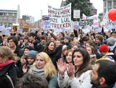 Studenten protesteren tegen de langstudeer boete die het kabinet wil invoeren. ~ Koen  Bron: http://www.nrc.nl/nieuws/2010/12/10/duizenden-studenten-protesteren-tegen-kabinetsplannen/